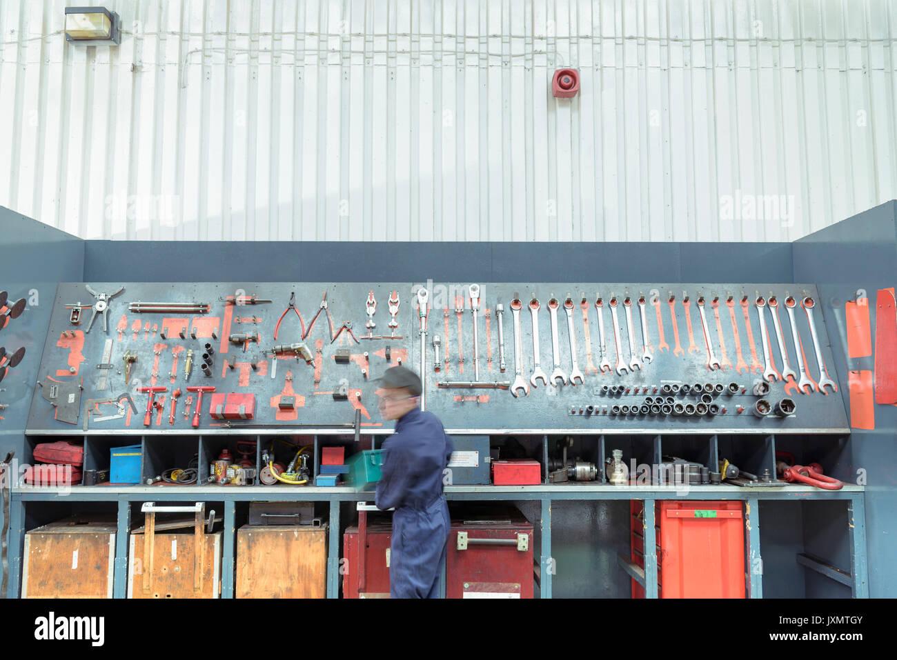 Lokführer Kommissionierung Werkzeuge in Zug arbeitet Stockbild