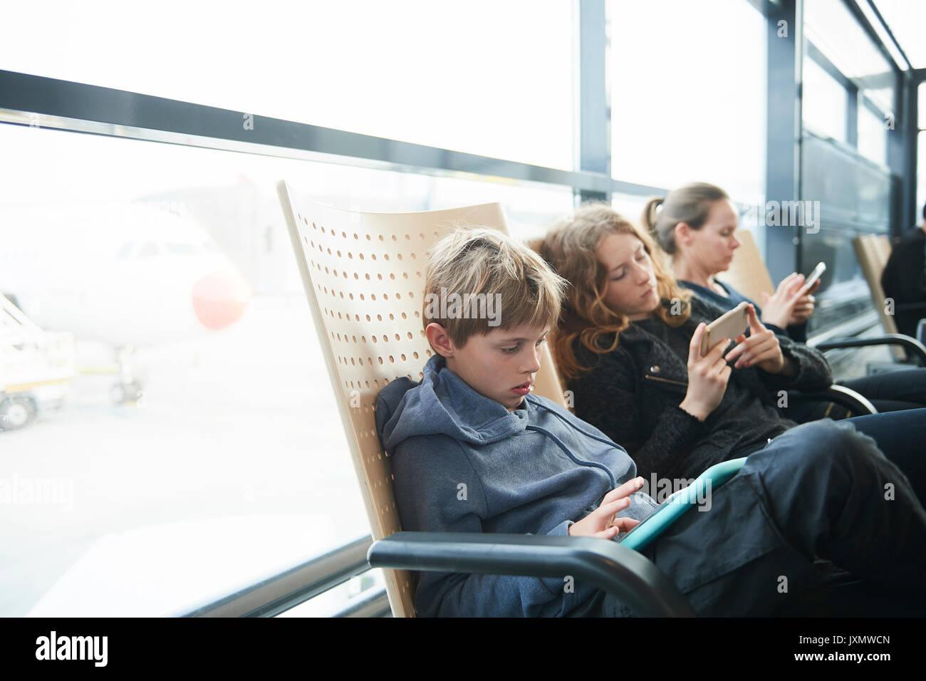 Familie am Flughafen auf dem Weg in den Urlaub, Kopenhagen, Dänemark Stockbild