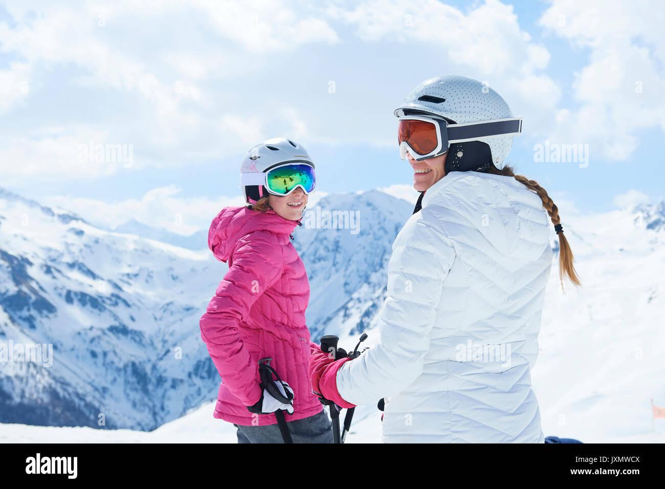 Mutter und Tochter auf Skiurlaub, Hintertux, Tirol, Österreich Stockbild