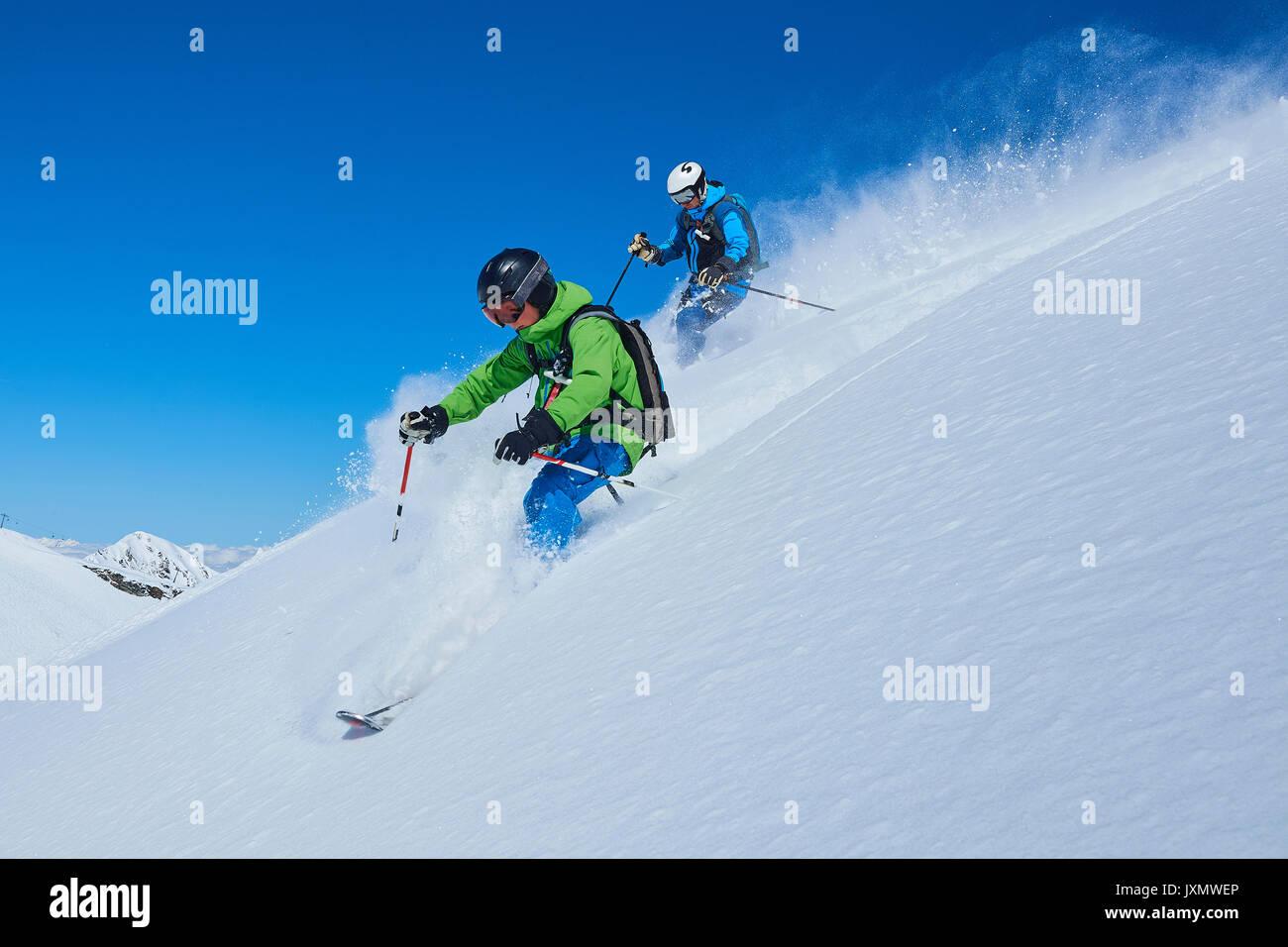 Vater und Sohn auf Skiurlaub, Hintertux, Tirol, Österreich Stockbild