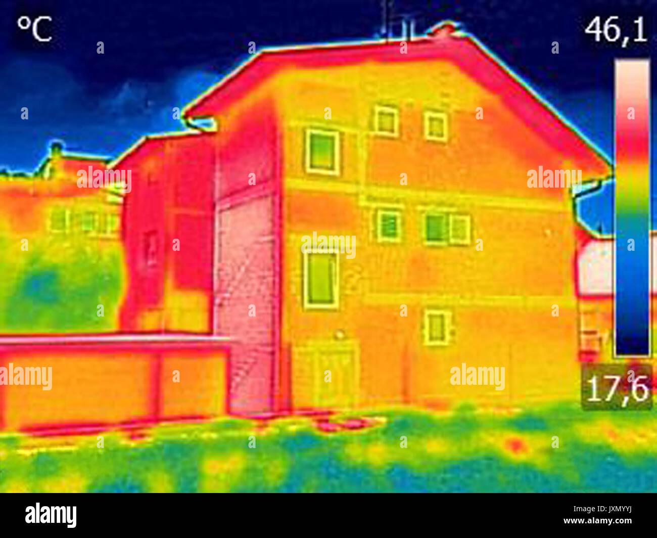 Infrarot-Thermografie-Bild zeigt mangelnde Wärmedämmung am Haus, mit ...