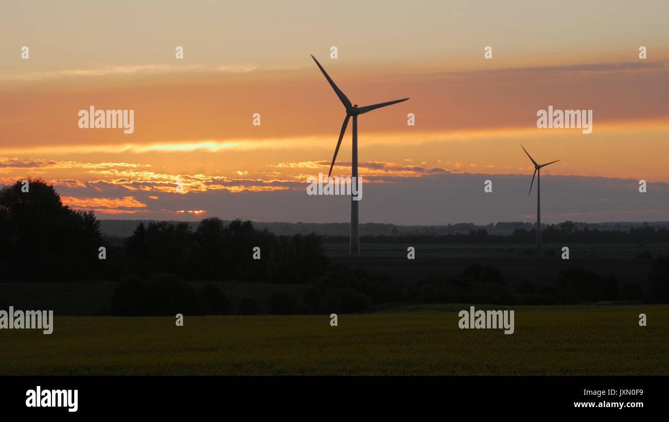 Windräder Farmen mit Lichtstrahlen bei Sonnenuntergang Stockbild