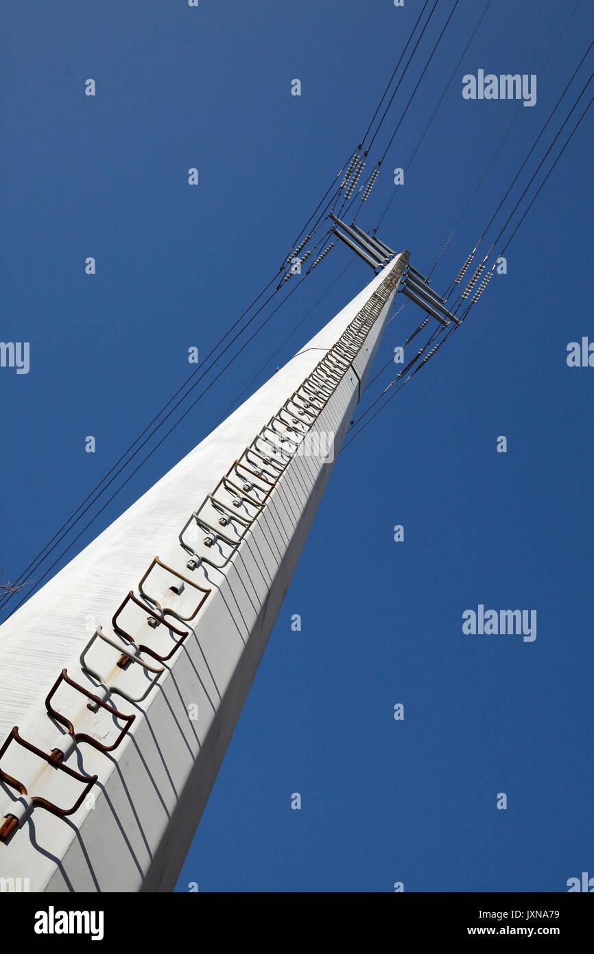 Elektrische Pylon und Stromleitungen Stockbild