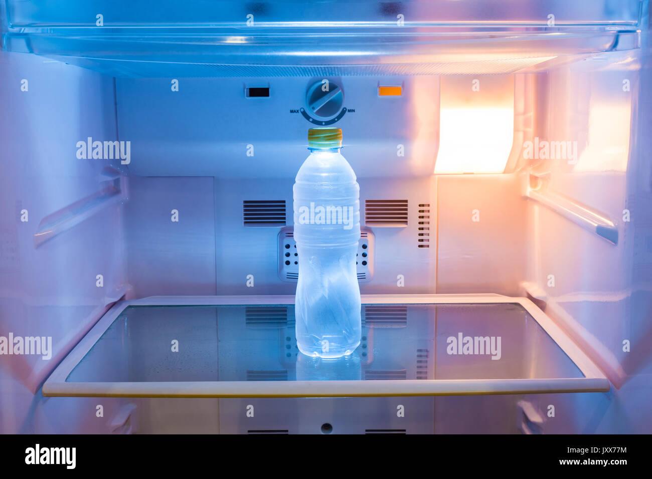 Kühlschrank Licht : Eine kalte flasche wasser auf einem regal im kühlschrank mit