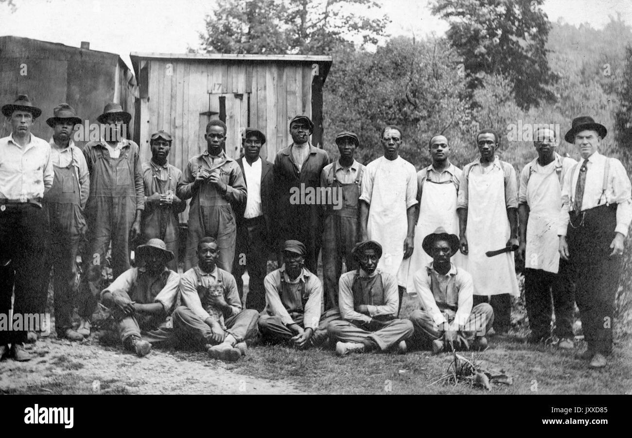 Eine Gruppe von afroamerikanischen Arbeiter mit neutralen Ausdrücken ...