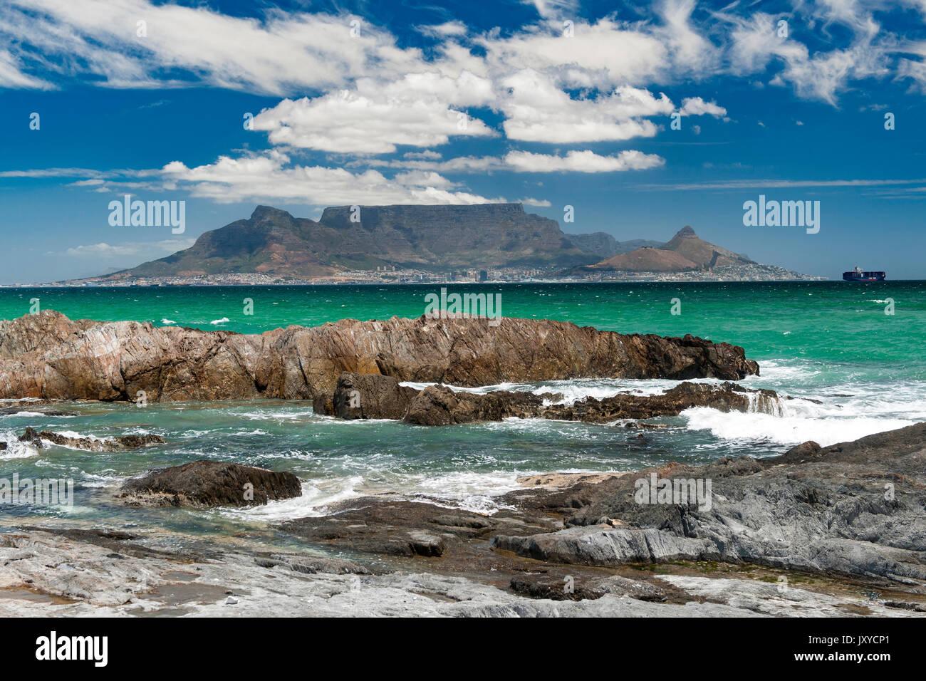 Tafelberg und Kapstadt gesehen über die Table Bay von Blouberg. Stockbild