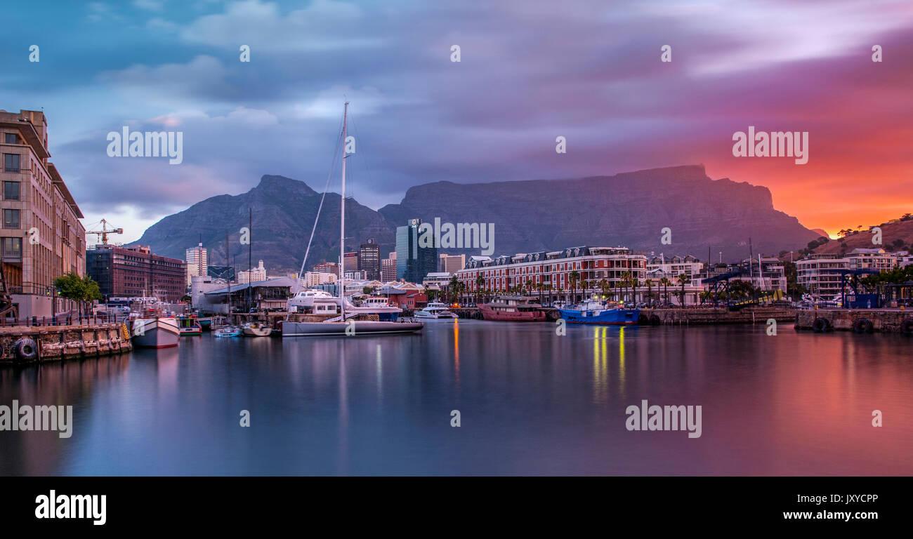 Die Kapstadt Waterfront und Tafelberg in der Abenddämmerung. Stockbild