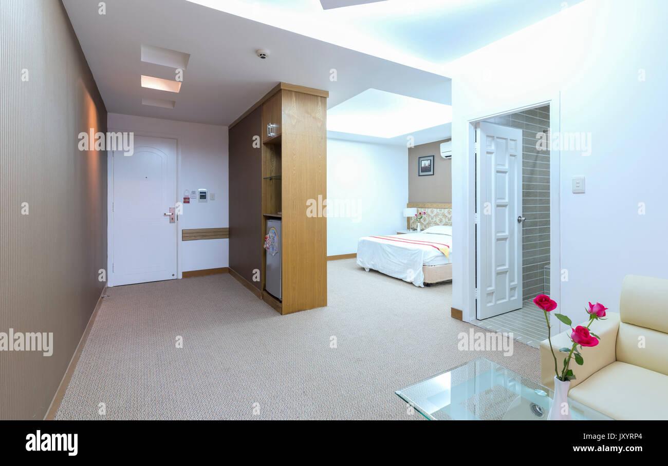 Modern eingerichtetes apartment mit wohnzimmer esszimmer großer