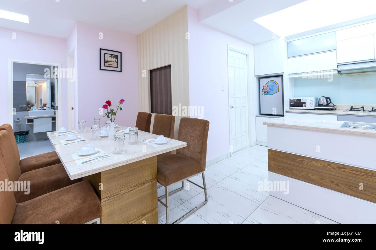 Modern eingerichtetes apartment mit wohnzimmer esszimmer großer raum komfortabel sauber luxuriöses interieur traum