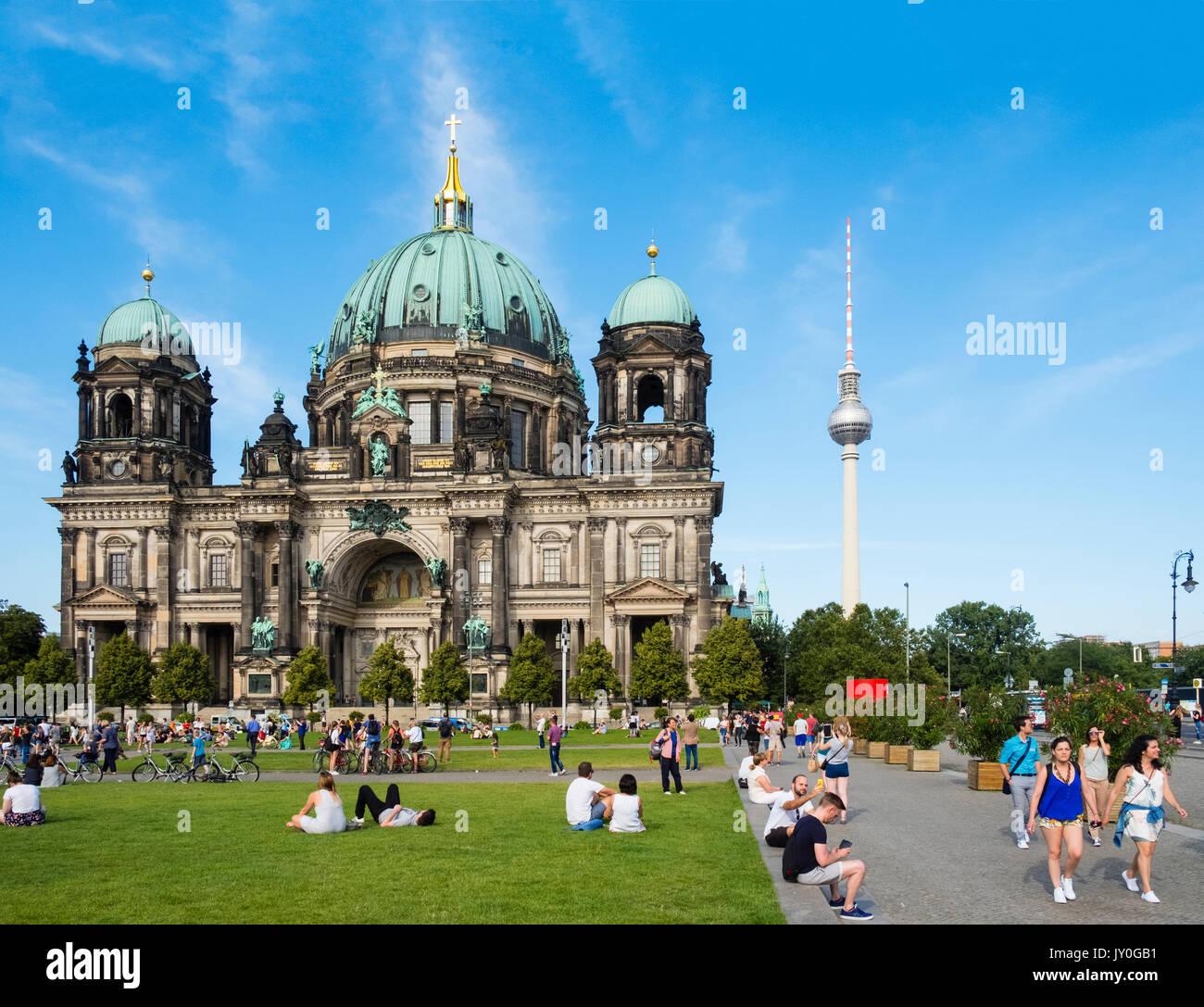 Blick auf den Berliner Dom (Berliner Dom) und Lustgarten Platz im Sommer in Mitte, Berlin, Deutschland Stockfoto