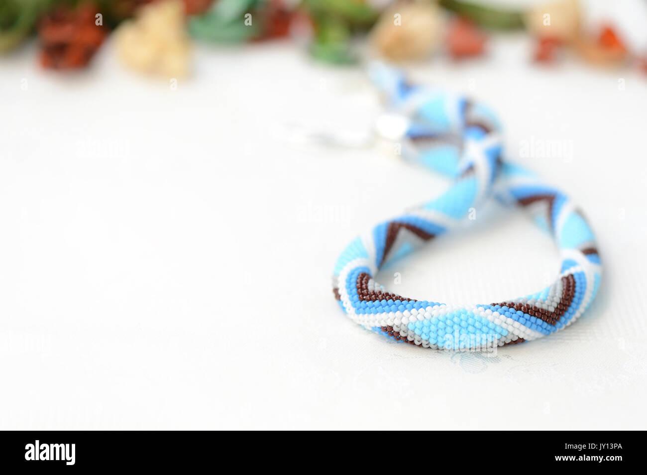 Blaue Perlen Häkeln Halskette Mit Geometrischen Muster Stockfoto