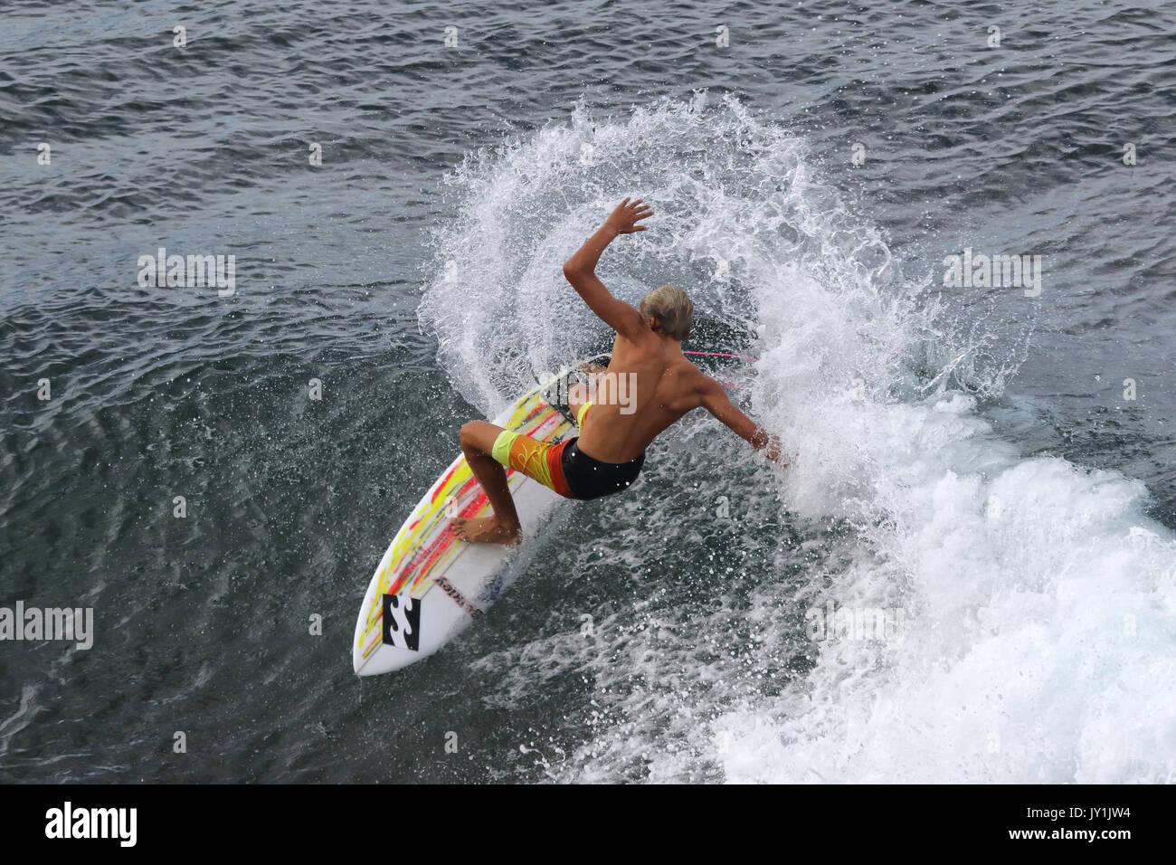 Junger Mann Surfen am Honolua Bay. Stockbild