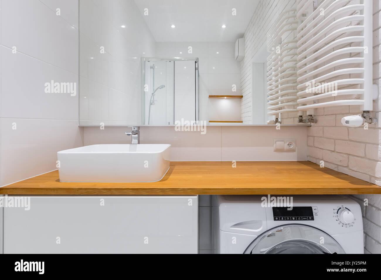 Badezimmer Mit Holz Arbeitsplatte Spiegel Dusche Und