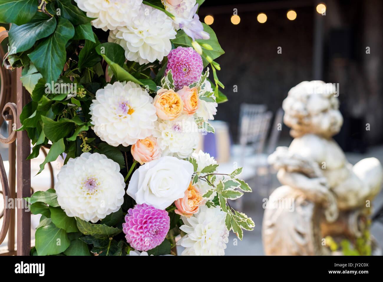 Hochzeit Bogen Mit Blumen Im Freien Schone Hochzeit Eingerichtet