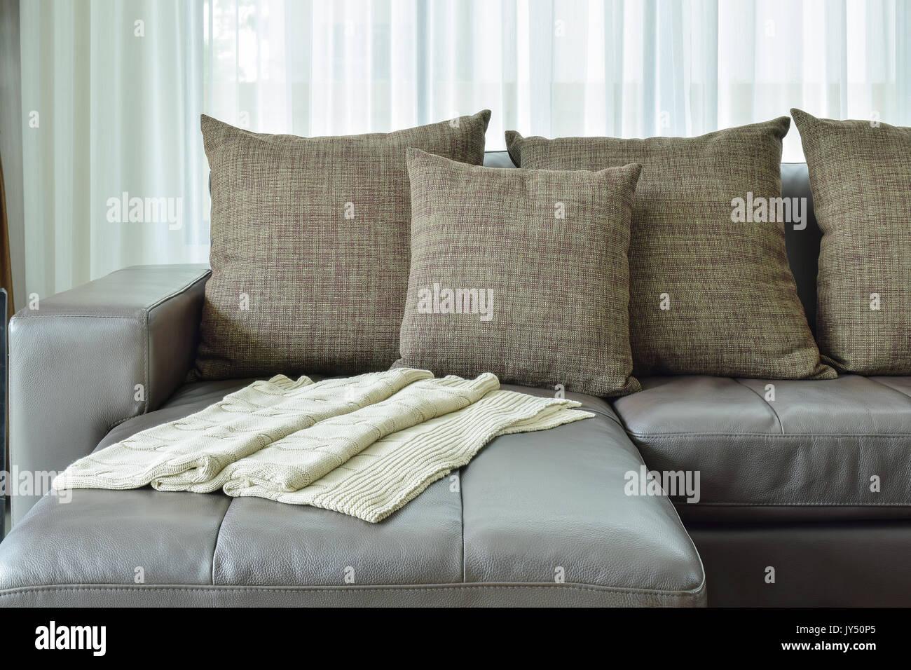 Graues Leder Sofa mit Textur braun Kissen in der modernen Wohnzimmer ...