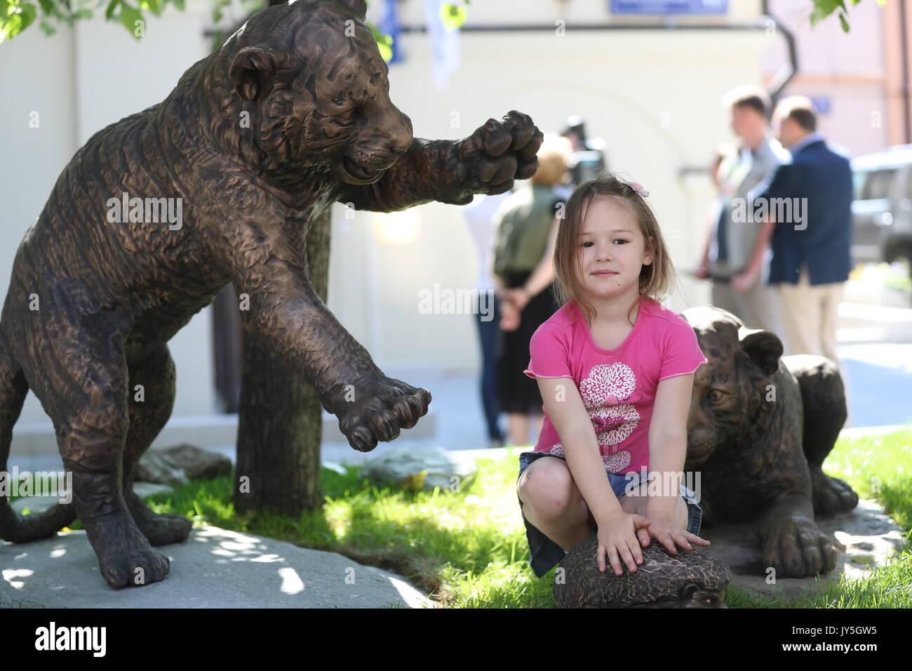 Moskau, Russland. 18 Aug, 2017. Bronze Skulpturen von Amur tiger Cubs spielen, vorgestellt in der Nähe des Amur Stockfoto