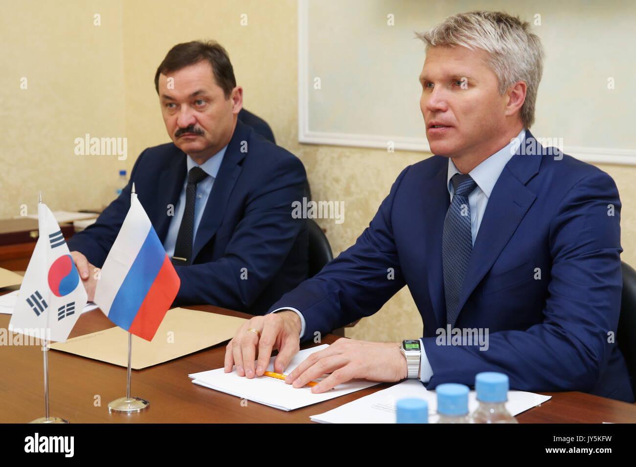 Moskau, Russland. 18 Aug, 2017. Russlands Sport Minister Pavel Kolobkov (R) bei einem Treffen mit Südkorea Botschafter Stockfoto