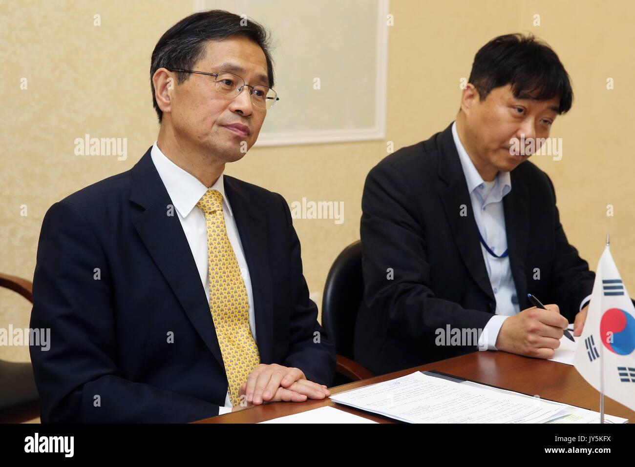 Moskau, Russland. 18 Aug, 2017. Südkoreas Botschafter in Russland Park Ro-byug (L) bei einem Treffen mit russischen Stockfoto