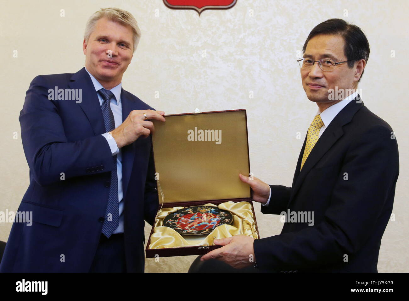 Moskau, Russland. 18 Aug, 2017. Russlands Sport Minister Pavel Kolobkov (L) trifft sich mit Südkorea Botschafter Stockfoto
