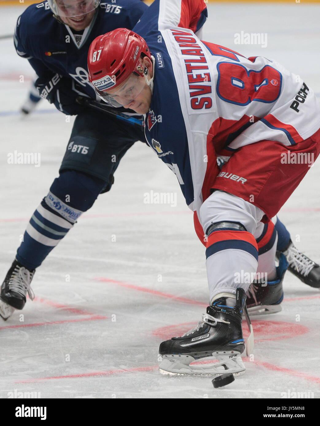 Moskau, Russland. 18 Aug, 2017. CSKA Moskau Andrei Svetlakov (vorne) in der Moskauer Bürgermeister Eishockey Cup Stockfoto
