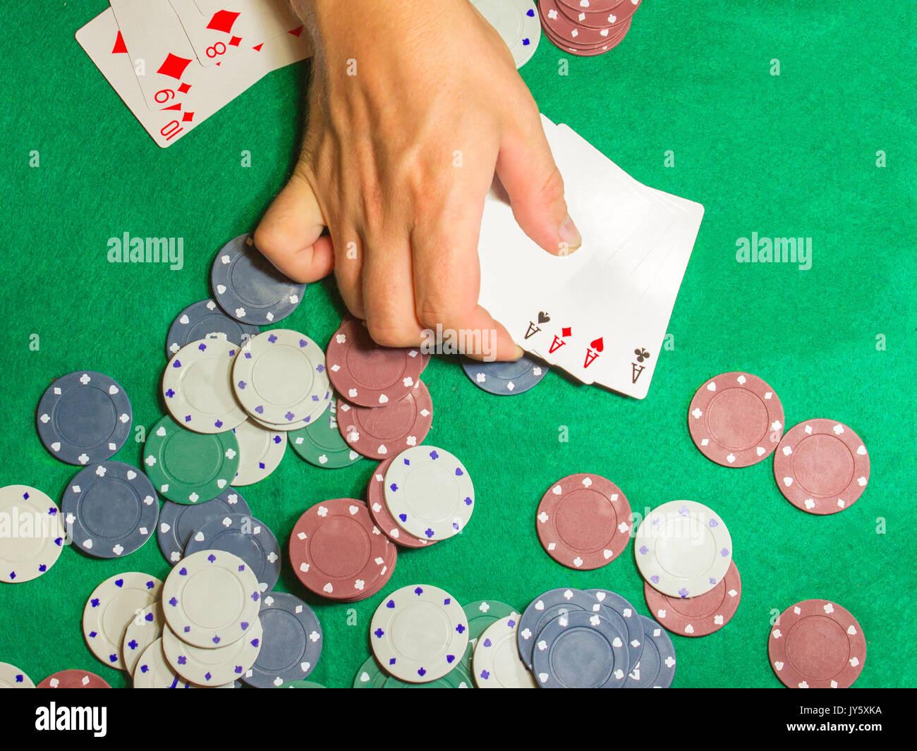 Die männlichen Händen mit Karten im Casino Stockfoto