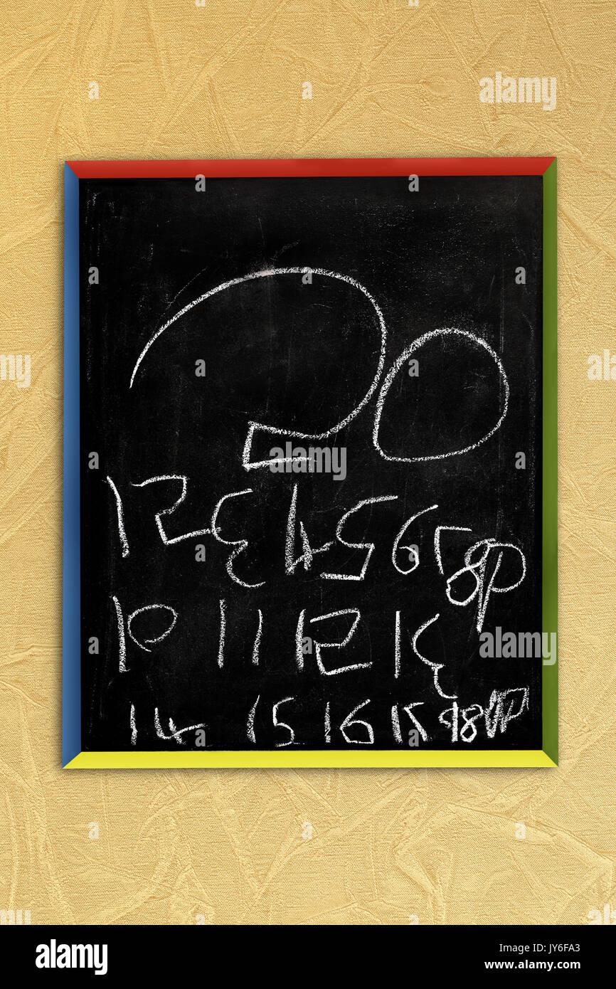 Eine fünf Jahre alte childs Versuch zu schreiben die Zahlen von 1 bis 20 auf einem childs Tafel. Siehe: 'Mehr Informationen' Stockbild