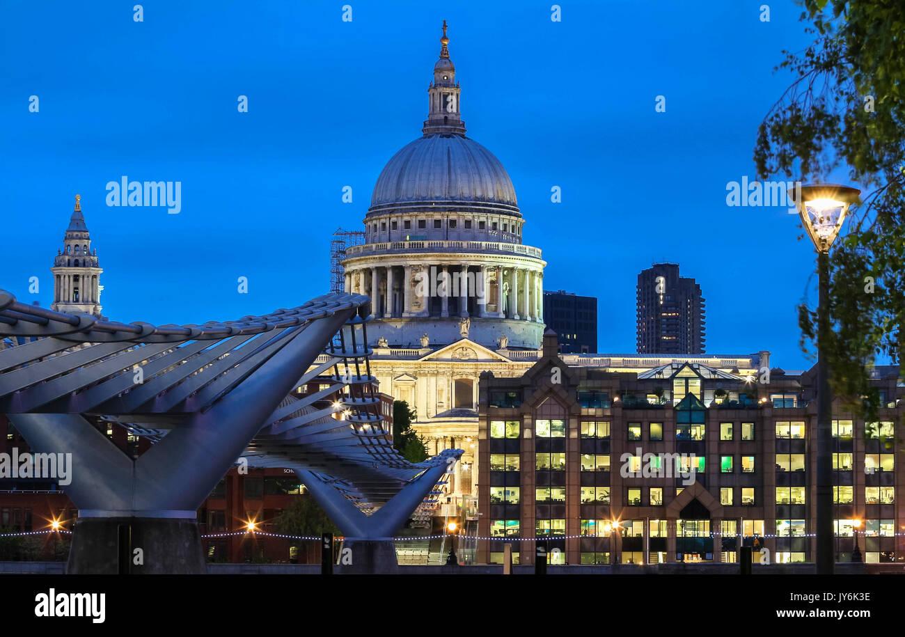 Der nächtliche Blick auf die Kuppel von St. Paul's Cathedral, London. Stockfoto