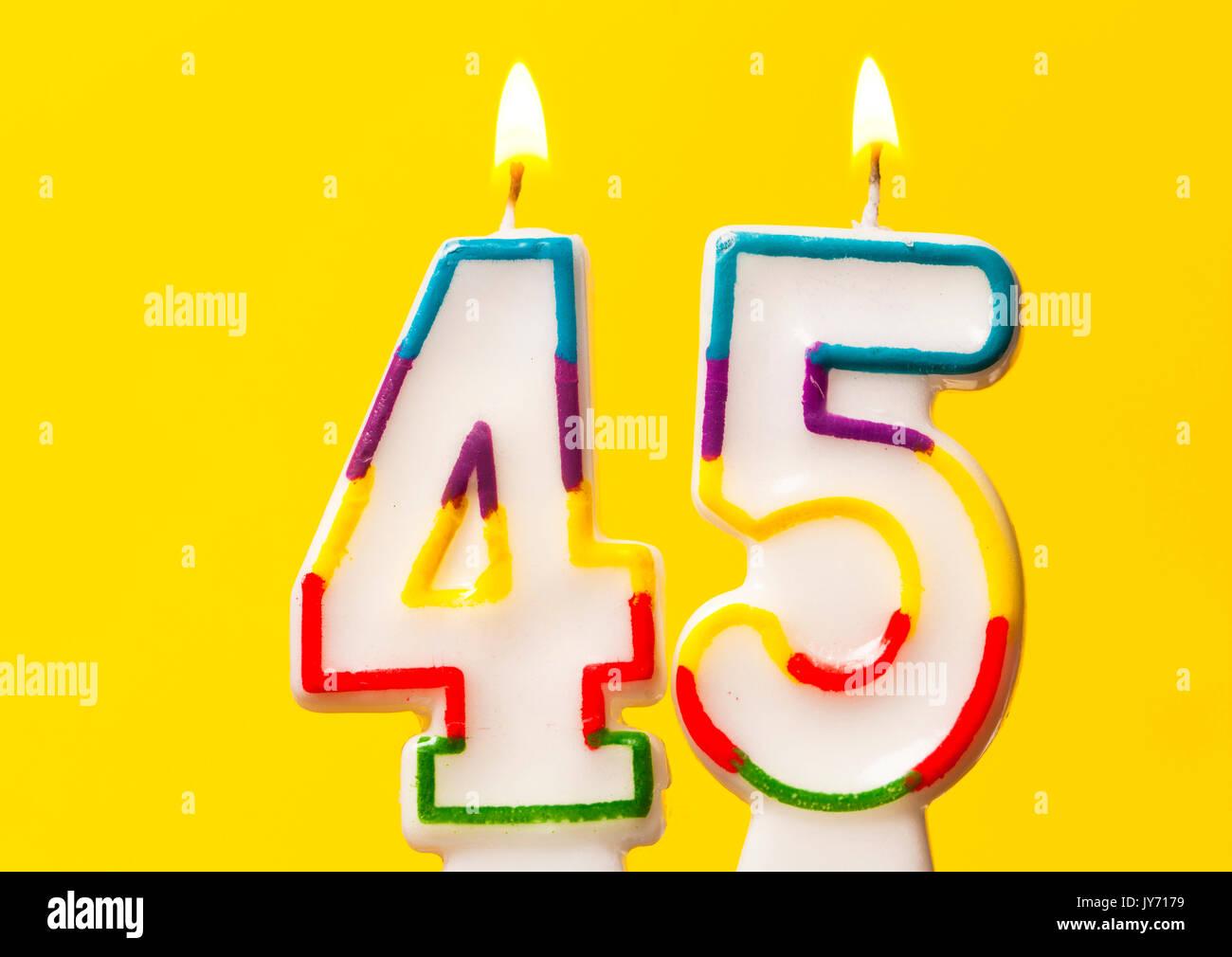 Nummer 45 Geburtstag Kerze Gegen Einen Hellen Hintergrund Gelb