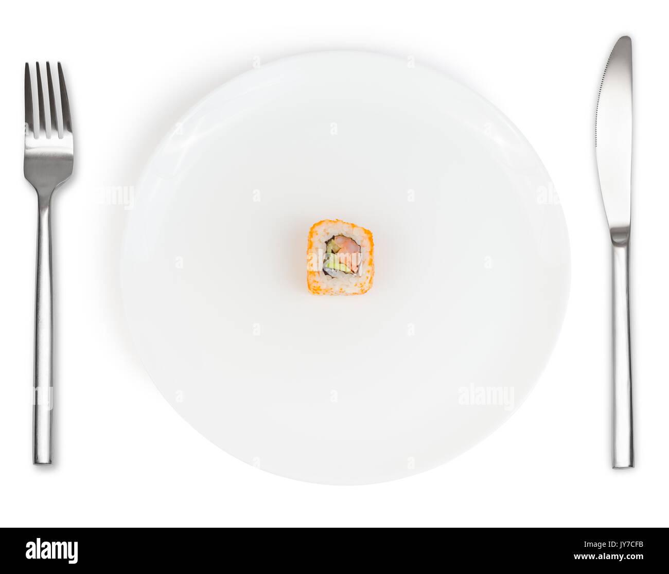 Single sushi Rollen in der Mitte der weißen Teller mit Messer und Gabel auf weißem Hintergrund. Lebensmittel und Ernährung Konzept. Stockfoto