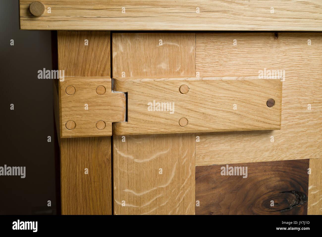 Holz Scharnier auf Eiche Schrank Stockfoto, Bild: 154446473 - Alamy