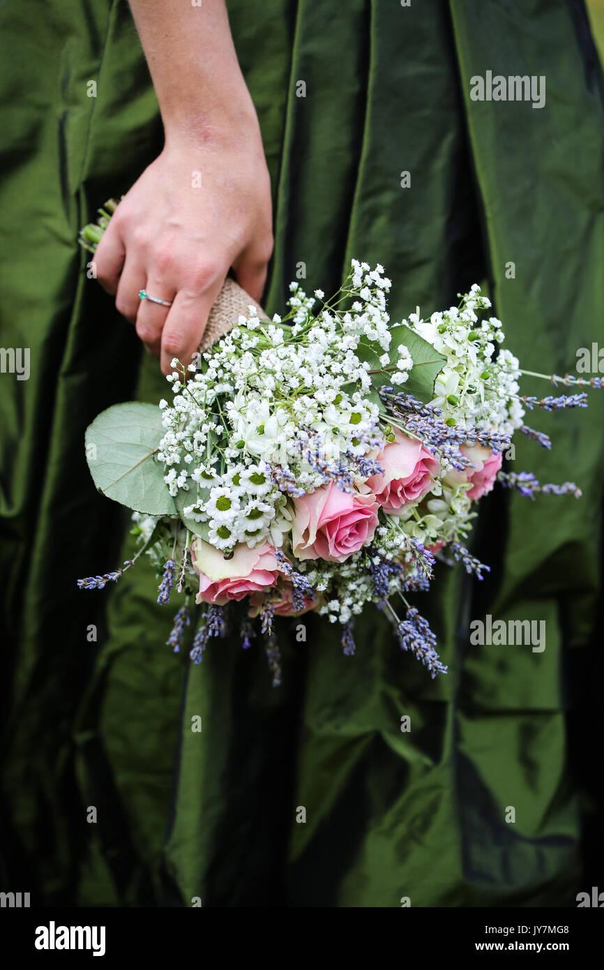 Wedding Bouquet auf ein grünes Kleid Hintergrund Stockbild