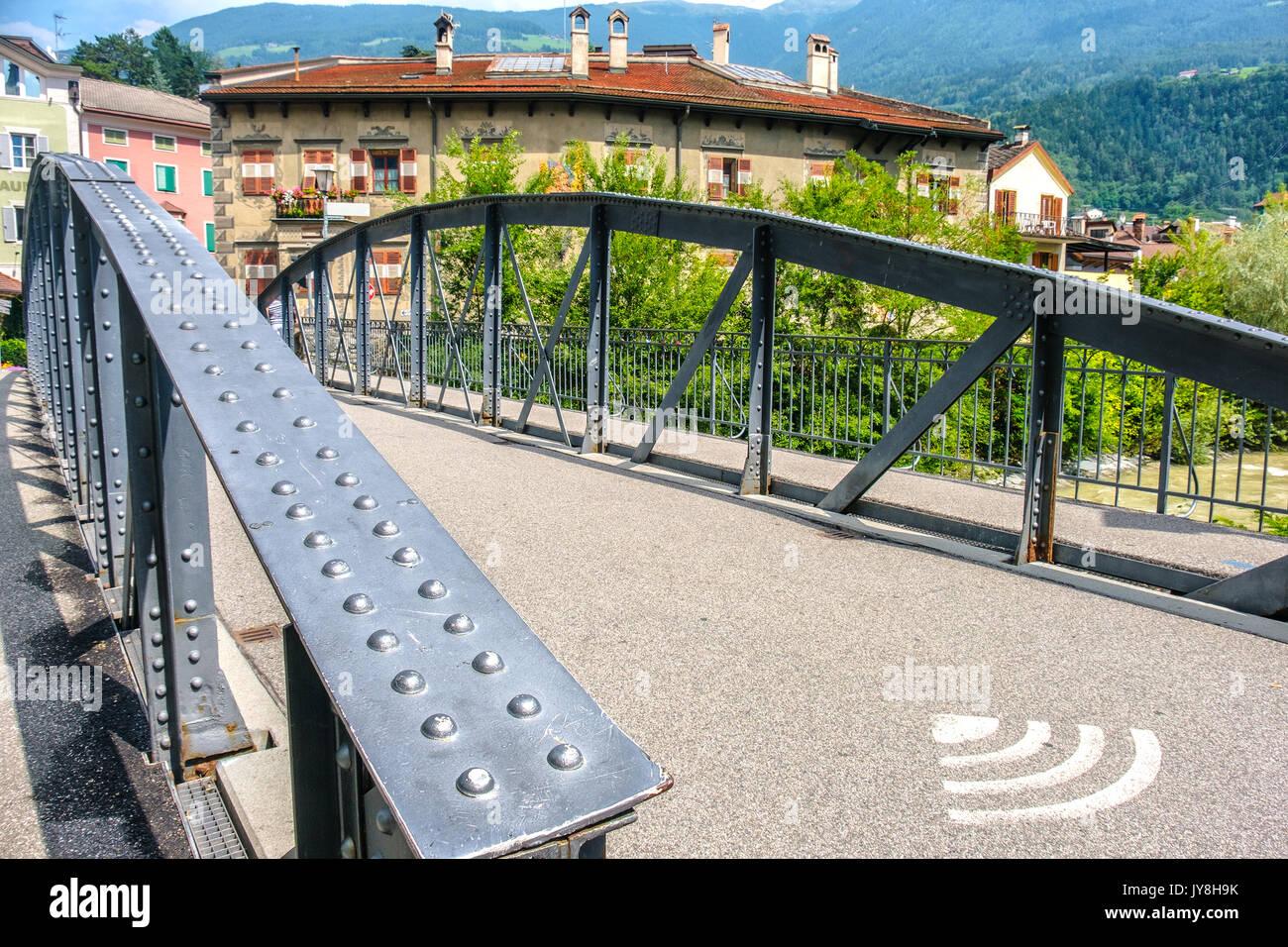 Public WLAN Bridge in Brixen niet Brücke mit wlan Symbol auf dem Boden Stockbild