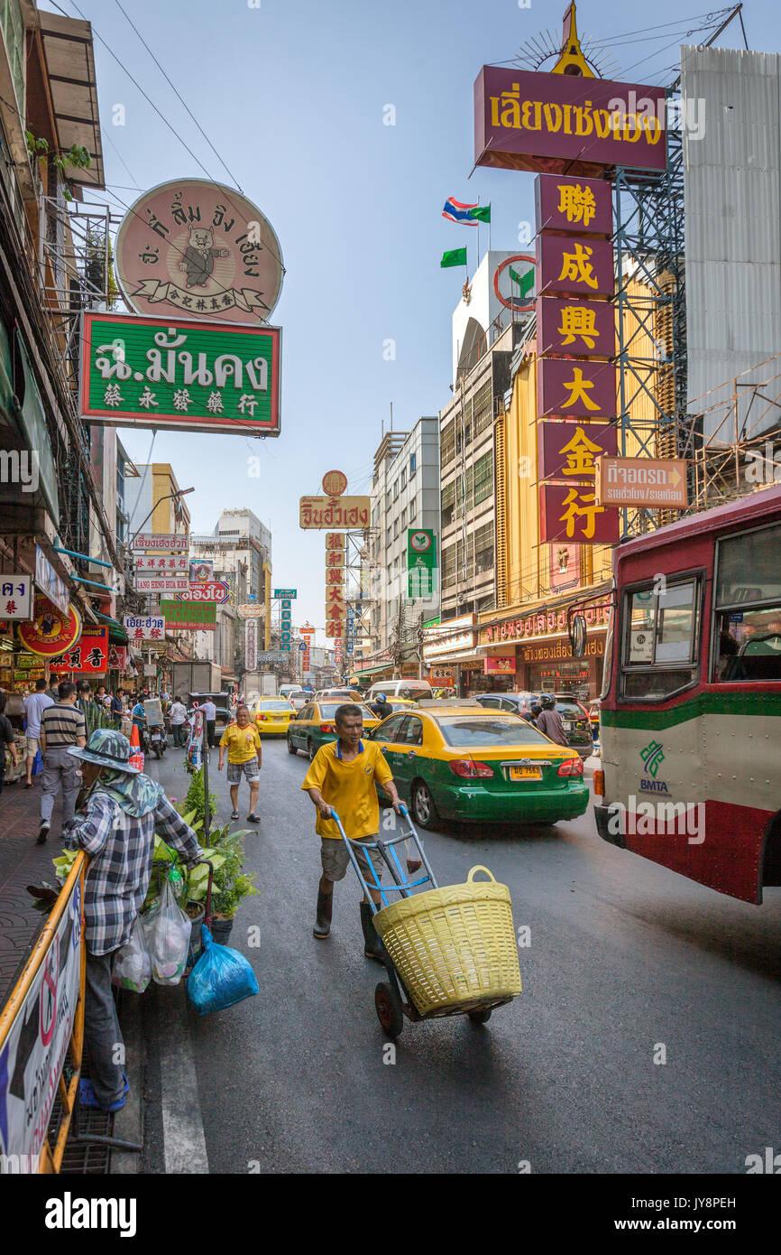 Chinatown mit seinen typischen Stau auf Thanon Yaowarat Road, Bangkok, Thailand Stockbild