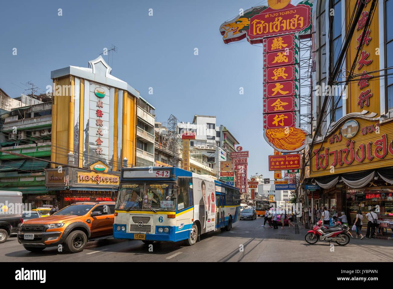 Chinatown mit seinen typischen Anzeichen und Datenverkehr auf der Thanon Yaowarat Road, Bangkok, Thailand Stockbild