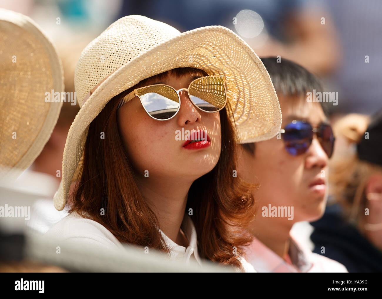 Weibliche asiatische Tennis Zuschauer mit Sonnenbrille bei Wimbledon Championships 2017, London, England, Vereinigtes Königreich. Stockbild