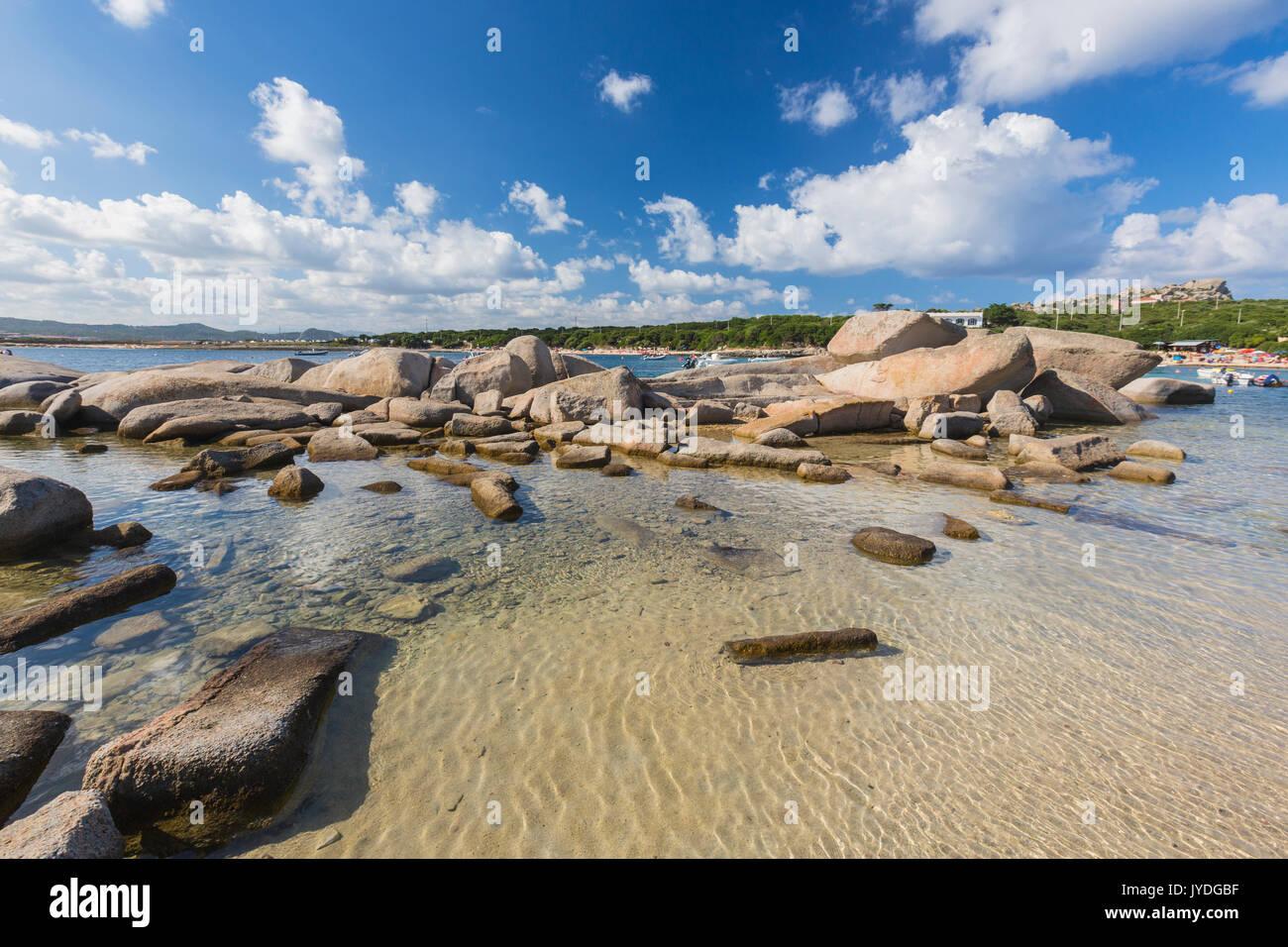 Felsen vom Wind geformten Rahmen das türkisfarbene Meer Capo Testa ...