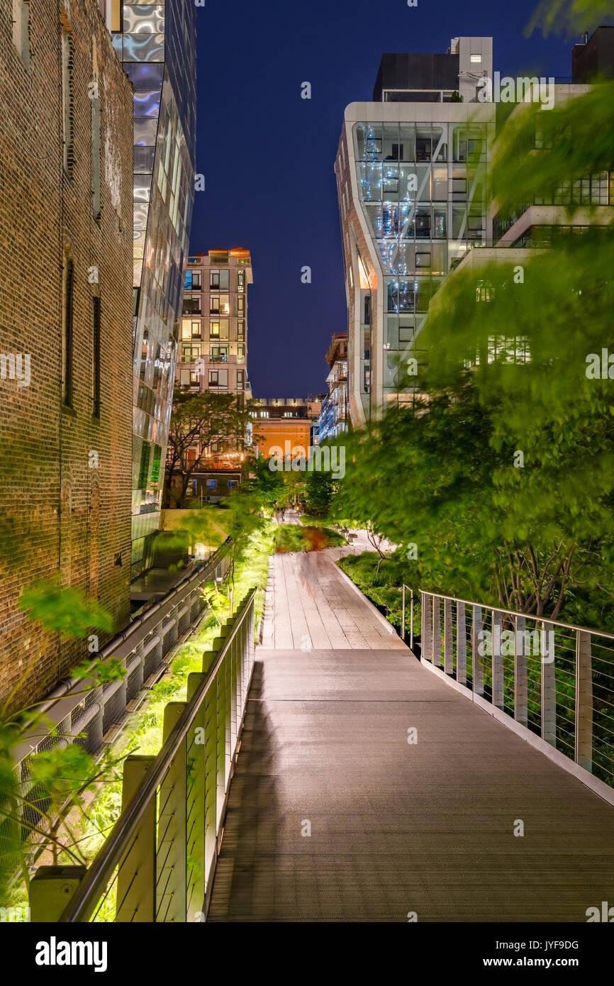 Die High Line Promenade in der Nacht in der Mitte von Chelsea. Manhattan, New York City Stockbild
