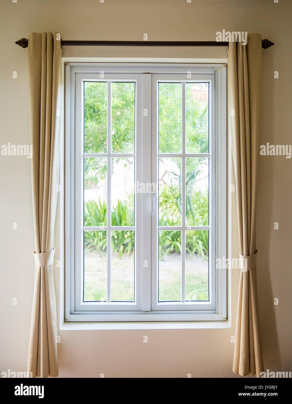 Geöffnete Fenster Mit Weißen Rahmen Und Vorhang Stockfoto Bild