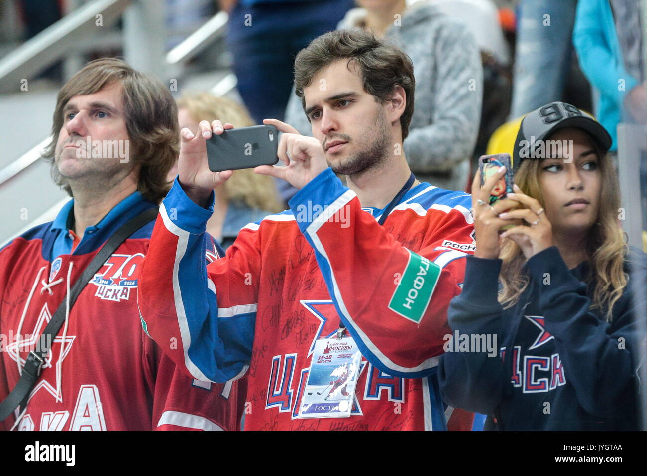 Moskau, Russland. 18 Aug, 2017. CSKA Moskau Fans in der Moskauer Bürgermeister Eishockey Cup Match gegen Dynamo Stockfoto