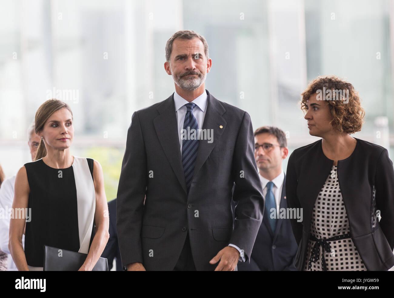 Barcelona, Spanien. 19 Aug, 2017. Spaniens König Felipe VI (C) und die Königin Letizia (Vorne L) Ankunft im Hospital Stockfoto