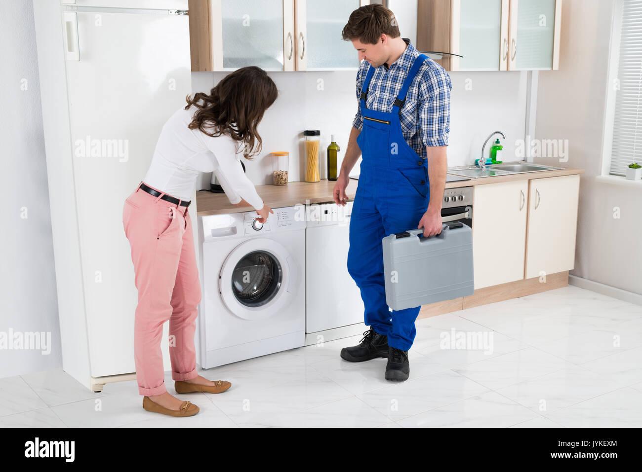 Junge Frau, Beschädigung in der Waschmaschine zu Handwerker in der ...