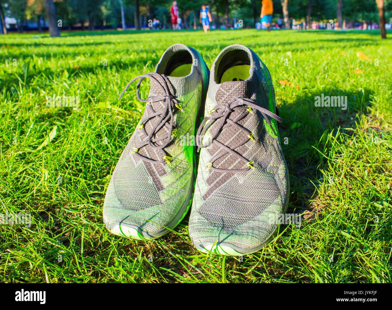 Dnipropetrowsk, Ukraine - August, 21 2016: Neuer Stil nike schuhe auf grünem Gras - illustrative Editorial Stockbild