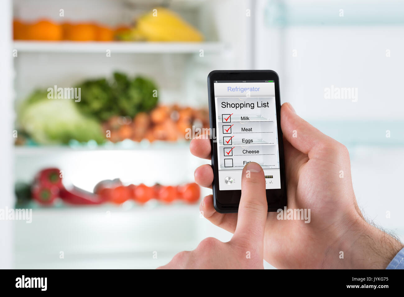 Kühlschrank Planer : Nahaufnahme der person hände kennzeichnung einkaufsliste am handy