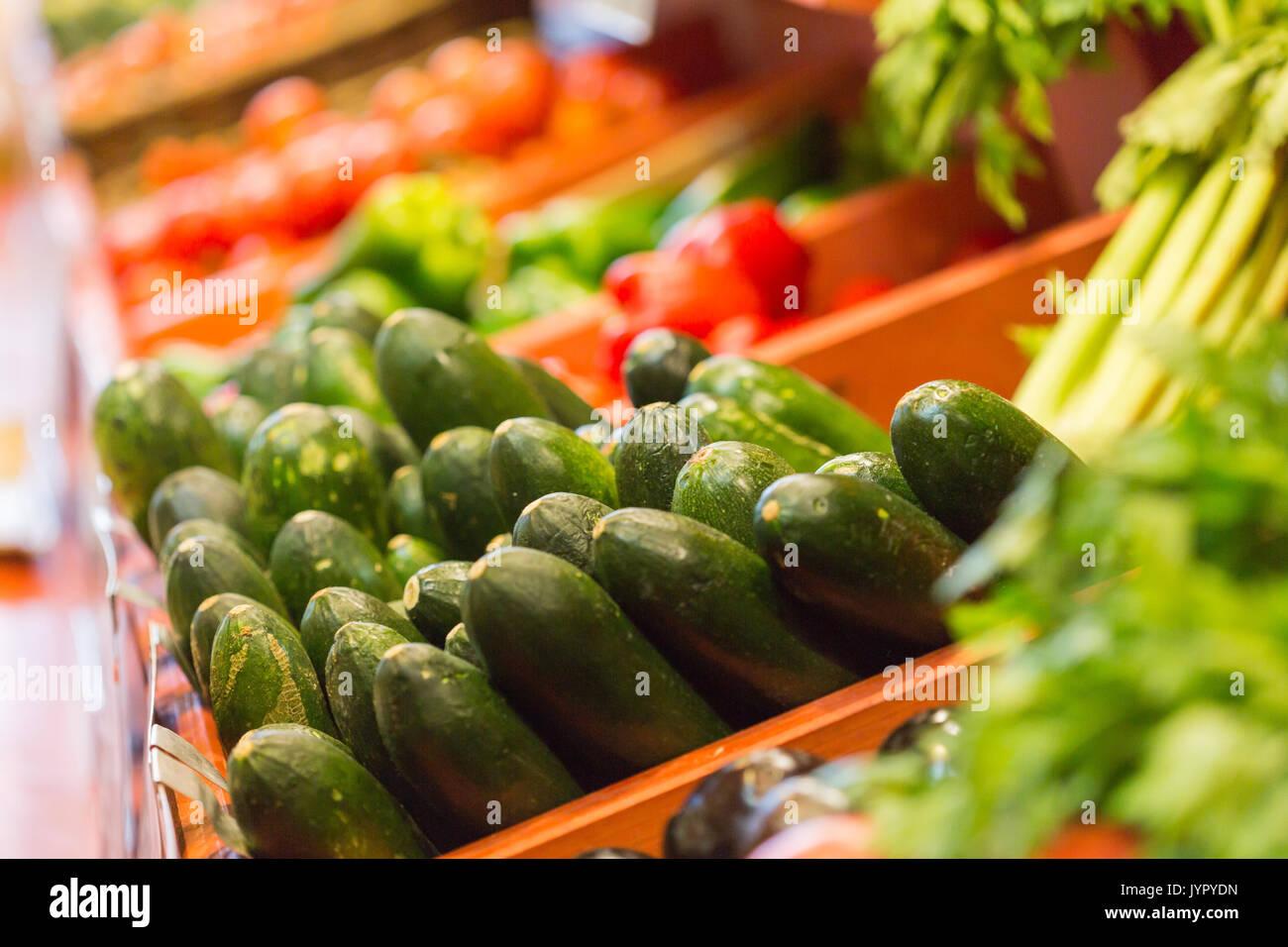 Viele Zucchini an einem Marktstand. Diese sind grünes Gemüse und sehr gut für die Gesundheit. Stockbild