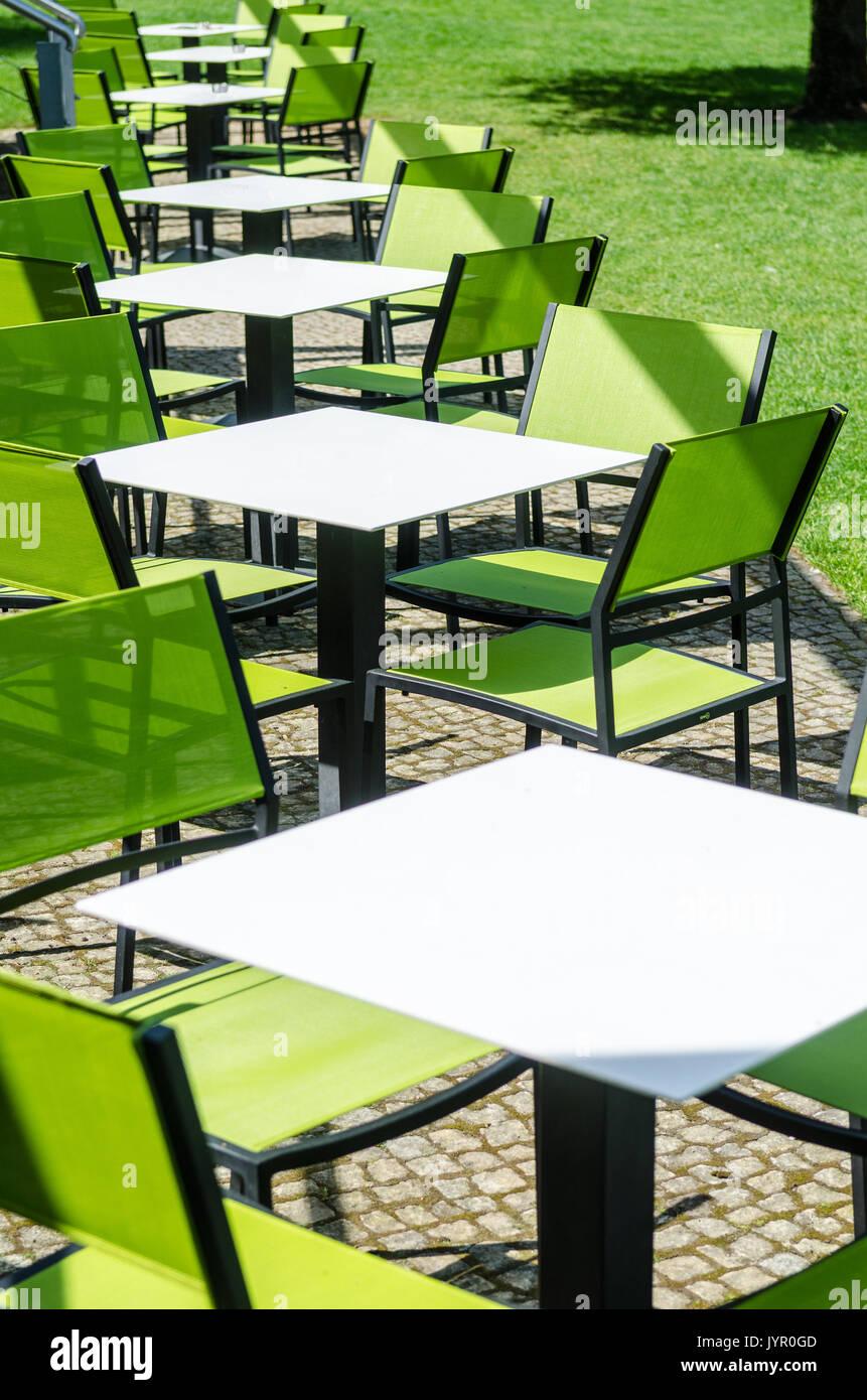 Garten Gartenmobel Tisch Stuhle Leer Stockfotos Garten Gartenmobel