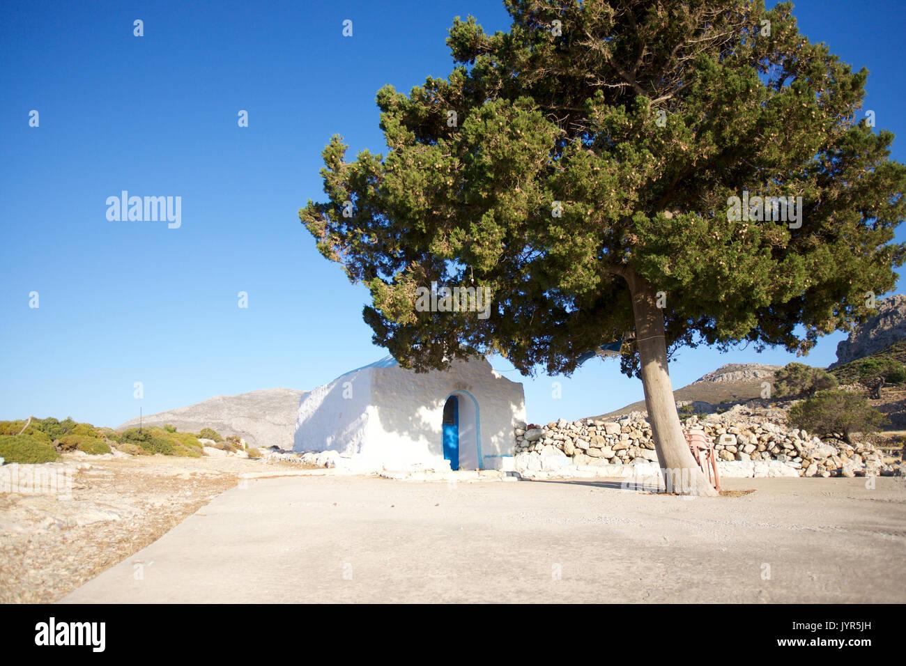 Agios Joanne, eine kleine Kirche auf der Insel Tilos, Dodekanes, Griechenland über dem Hafen von Livadia, um Stockbild