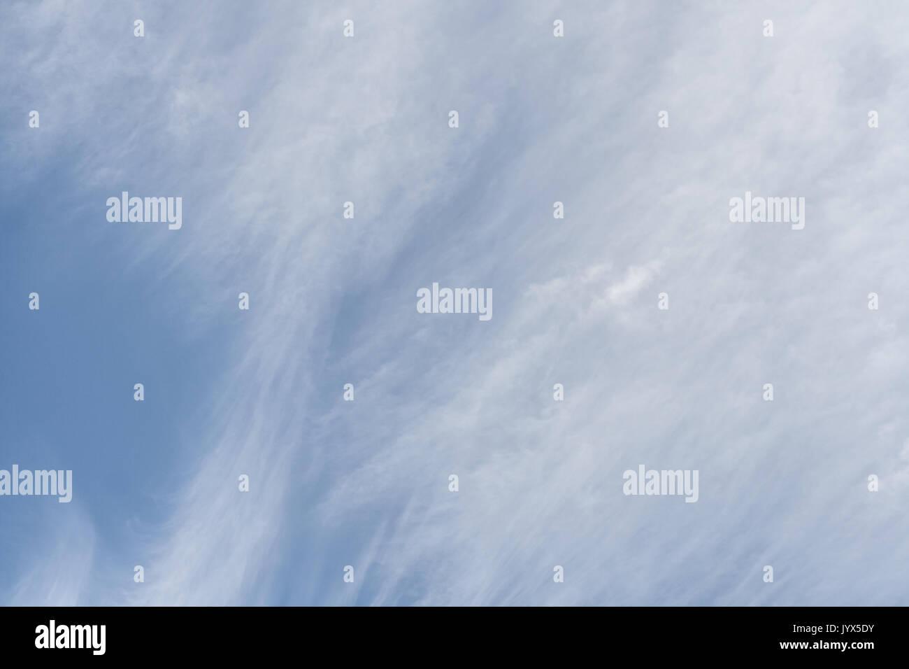 Blauer Himmel mit weißen Zirruswolken Stockbild