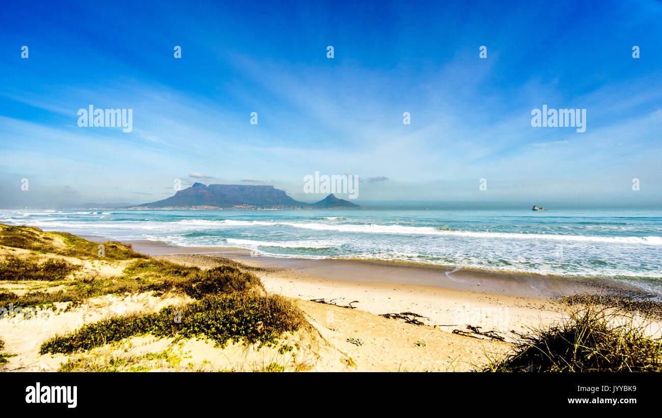 Am frühen Morgen Blick auf Kapstadt und den Tafelberg und den Lion's Head und Signal Hill auf der rechten Seite und Devil's Peak auf der linken Seite. Von Bloubergstr gesehen Stockbild