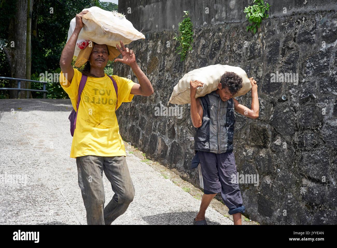 Tragen Auf Stockfoto Männer Taschen Dem Schwere Kopf Zwei q3j4ALR5