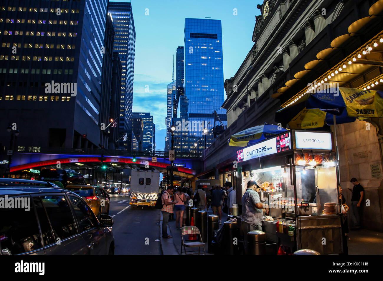 NEW YORK, NY - 17. August: Sommer Abend mit Lichtern und beschäftigt 42 Straße in der Nähe von Grand Central Terminal am 17. August 2017 in New York City Stockbild